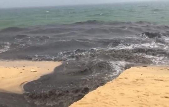 Yêu cầu làm rõ dòng nước đen ngòm chảy ra biển Phú Quốc