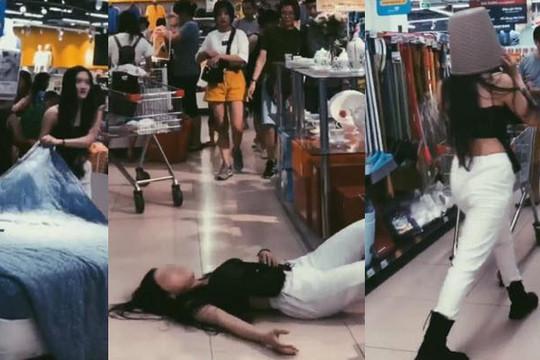 Cô gái xinh siêu vòng 3 vào siêu thị quậy phá để quay clip câu like