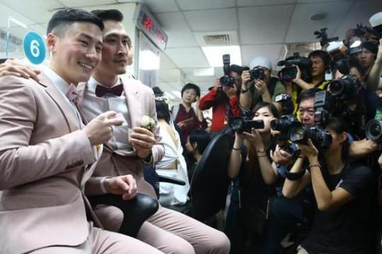 Đài Loan: Hình ảnh cảm động của những đôi đồng tính đầu tiên đăng ký kết hôn tại châu Á