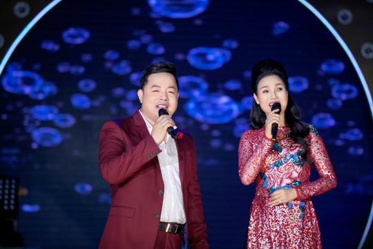 Thuỳ Trang xúc động khi bất ngờ được Quang Lê tặng cúp tri ân