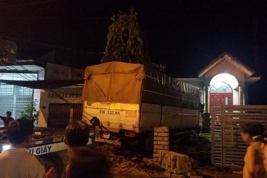 Xe tải tông sập tường rào nhà dân, khiến 4 người bị thương