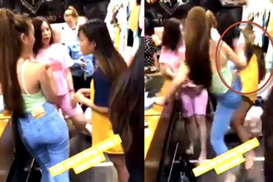 Clip kiều nữ Sài thành tung nộ long cước vào đầu nữ nhân viên làm mất Galaxy S10