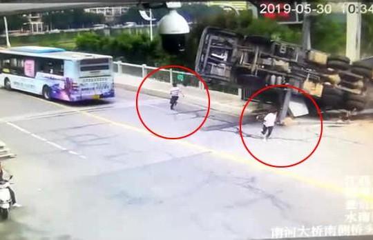 Xe tải chở cần cẩu lật khi thi công, 2 người đàn ông thoát chết trong gang tấc