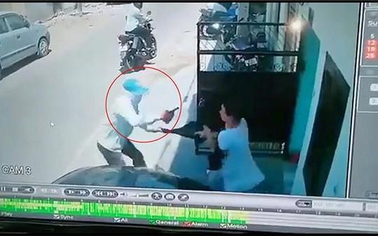 Người phụ nữ tay không đánh tên cướp có súng chạy trối chết