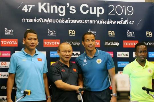 HLV Curacao khen ngợi tuyển Việt Nam trước trận chung kết King's Cup