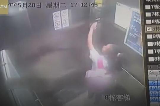 Bé gái 9 tuổi hoảng loạn tìm cách thoát thân khi thang máy rơi tự do