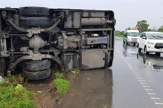 Sóc Trăng: Xe khách bị lật trong mưa, hành khách đập kính thoát thân