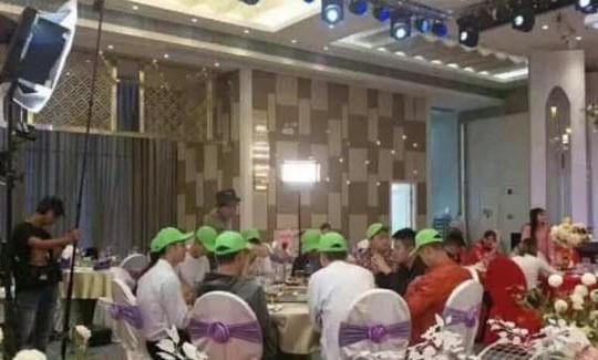 8 bạn trai cũ đội nón bị cắm sừng đến đám cưới cô dâu, chú rể nghĩ gì?
