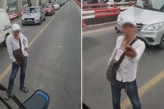 Nam thanh niên chặn xe buýt giữa cầu, cầm hung khí đe dọa tài xế
