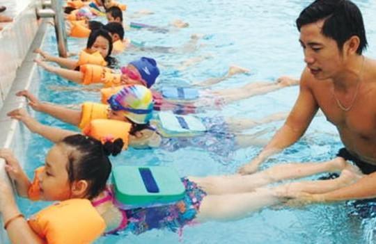 Cách giúp trẻ chống đuối nước trong mùa hè