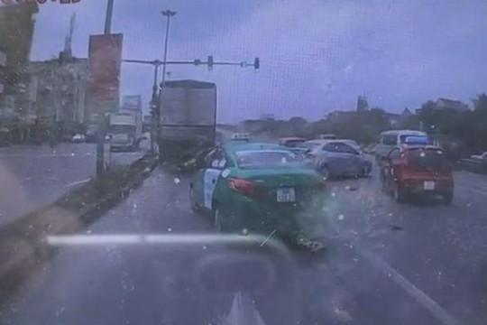 Ô tô lao điên cuồng, tông nhiều xe dừng chờ đèn tín hiệu giao thông