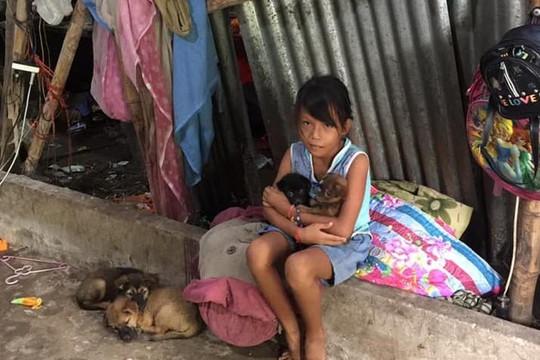 Xót xa người mẹ nghèo chỉ còn một mắt nuôi 5 con nhỏ, 1 mẹ già