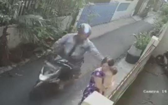 Bị giật dây chuyền, người phụ nữ bế đứa trẻ ngã nhào xuống đường