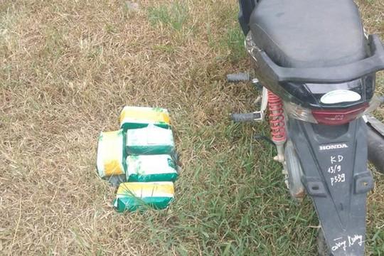 Người đàn ông bỏ lại 5kg ma túy rồi trốn vào rừng
