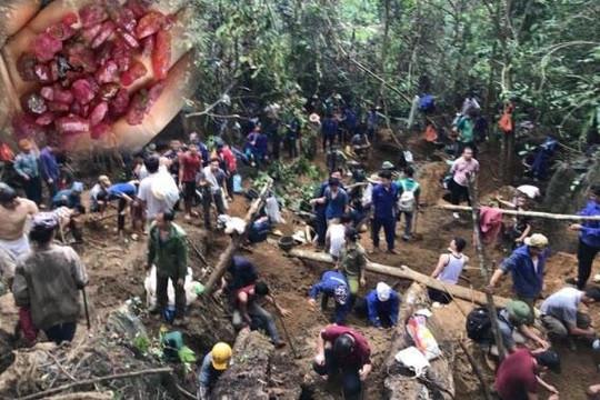 Rộ tin đào được đá đỏ giá 5 tỉ, hàng trăm người kéo lên núi Lục Yên mong đổi đời