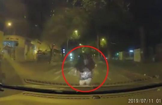 Tranh cãi với người yêu, cô gái chạy lao đầu vào ô tô hòng tự tử