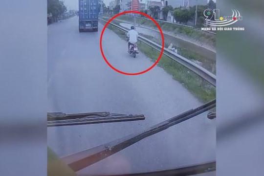 Chạy vào đường hẹp vượt container, người đàn ông đi xe máy suýt chết