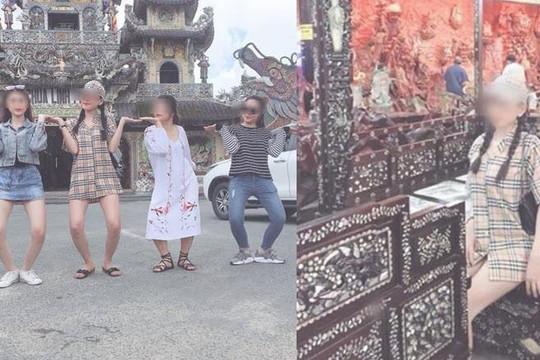 Clip 2 gái xinh mặc váy ngắn làm trò lố ở chùa Linh Phước
