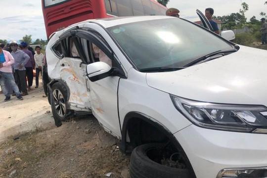 Hà Tĩnh: Xe khách đâm xe 7 chỗ, 2 người bị thương nặng
