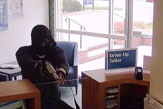 Tên cướp nổ súng trong ngân hàng ở Thanh Hóa
