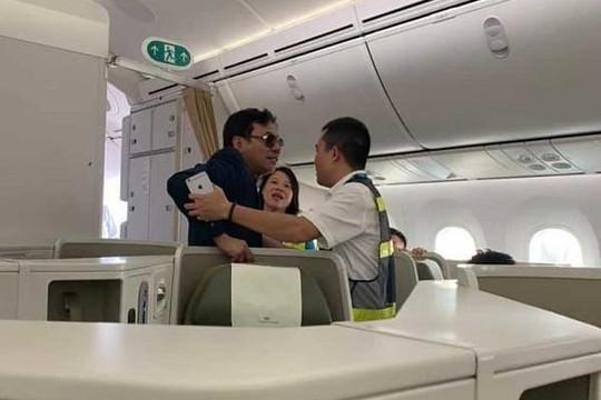 Vụ sàm sỡ phụ nữ trên máy bay: Có thể bị phạt 7-10 triệu đồng