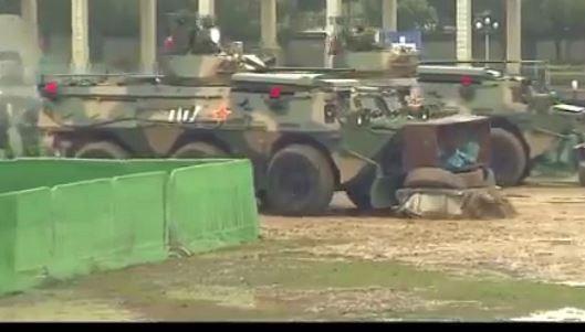 Quân đội Trung Quốc tại Hồng Kông tung video dùng xe bọc thép trấn áp biểu tình