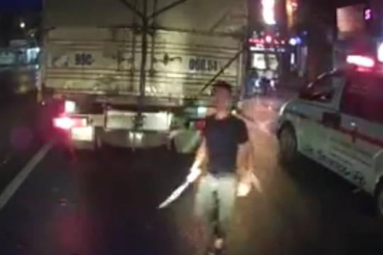 Clip tài xế xe cứu thương ở Nghệ An rút đao đòi chém người lái ô tô vì bị thách