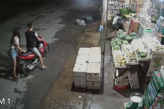 Vào cửa hàng mua đồ, đôi nam nữ 'tiện tay' trộm túi tiền của chủ