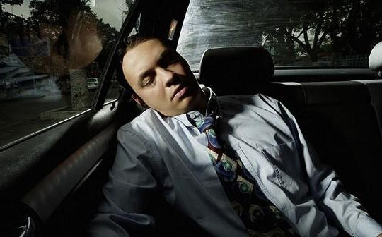 Những nguy hiểm tiềm ẩn khi dừng ô tô để ngủ
