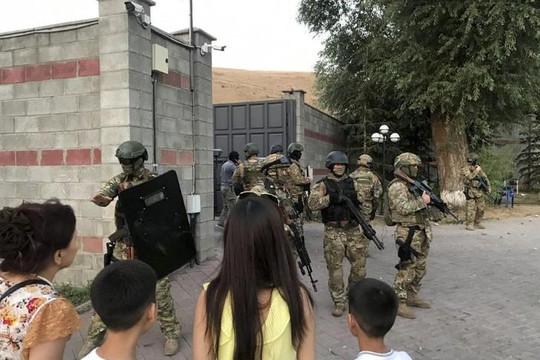 Tổng thống Kyrgyzstan vây bắt người tiền nhiệm bất thành