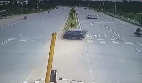 Ô tô mất lái lao thẳng vào dải phân cách rồi đâm xe ngược chiều