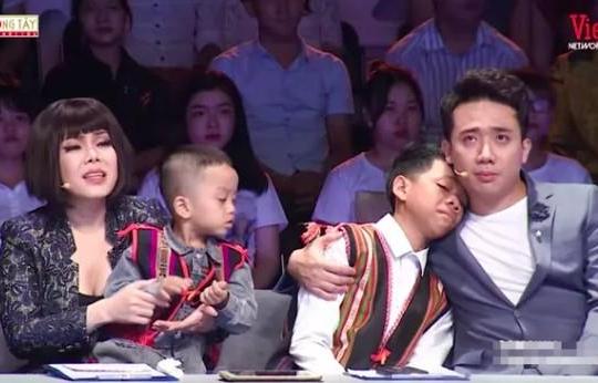 Việt Hương - Trấn Thành bật khóc vì cô gái vào tận quan tài cứu sống 2 đứa bé