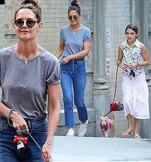 Katie Holmes tươi cười dạo phố cùng con gái Suri sau khi chia tay với Jamie Foxx