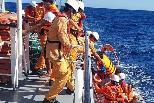 Tìm kiếm 1 tàu cá và 15 ngư dân Quảng Bình trôi dạt trên biển