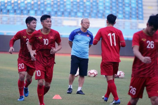 HLV Park Hang-seo trầm tư xem tuyển U.22 Việt Nam tập luyện trước trận gặp Trung Quốc