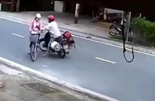 Clip kẻ bệnh hoạn đi xe máy chặn đường, bóp ngực nữ sinh giữa ban ngày
