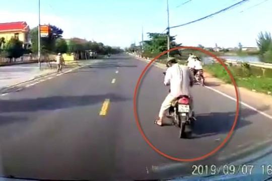 Clip ông chú ở Huế dừng xe giữa đường nhặt 20 ngàn, suýt bị ô tô khách tông chết