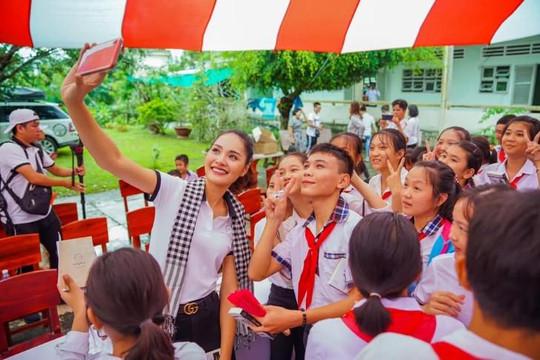 Hoa hậu Hương Giang: Tri thức và lạc quan sẽ giúp ta vượt qua mọi khó khăn
