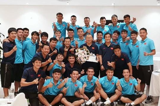 Tuyển Việt Nam tươi cười mừng sinh nhật HLV Park Hang-seo
