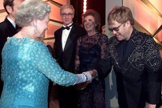 Elton John từng chứng kiến nữ hoàng Elizabeth II 'tát' cháu trai