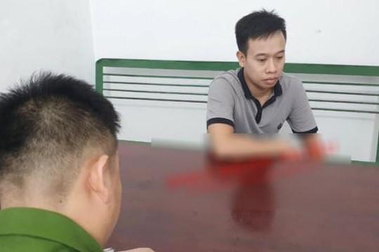 Kẻ cướp tiệm vàng Lương Oanh mặt tái mét, thất thần ở trụ sở công an