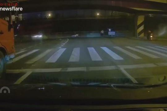 Kinh hoàng cầu vượt đổ sập đè hàng loạt xe di chuyển trên đường