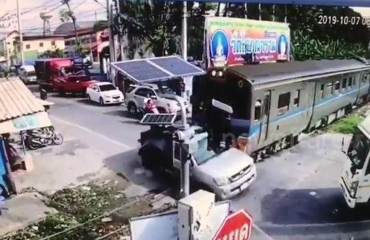 Bị tàu hỏa đâm trực diện, tài xế xe bán tải thoát chết thần kỳ
