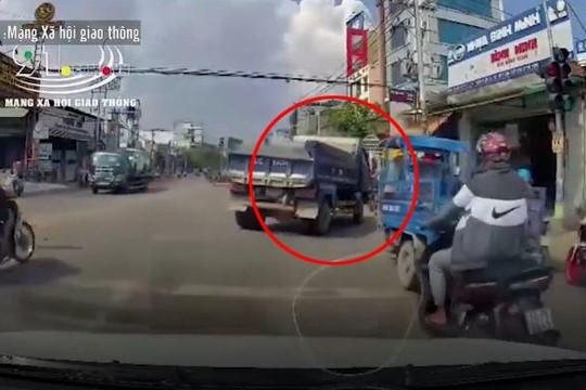 Tài xế xe tải ép thanh niên chạy xe máy khiến nhiều người hốt hoảng
