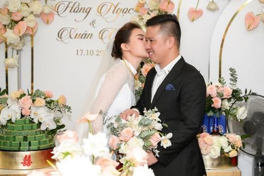 Giang Hồng Ngọc hôn ông xã trong lễ hỏi