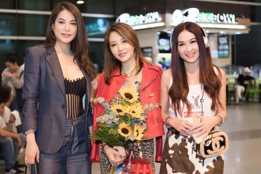 Trương Ngọc Ánh đón nữ hoàng phim 18+ Ôn Bích Hà tới Việt Nam