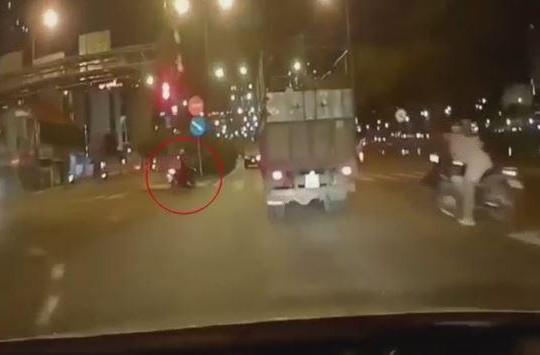 Cố tình vượt đèn đỏ, thanh niên suýt mất mạng dưới bánh xe tải