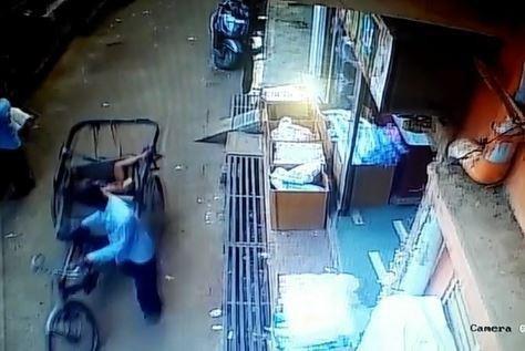 Ngã từ ban công tầng 2, cậu bé thoát chết nhờ rơi trúng xe kéo