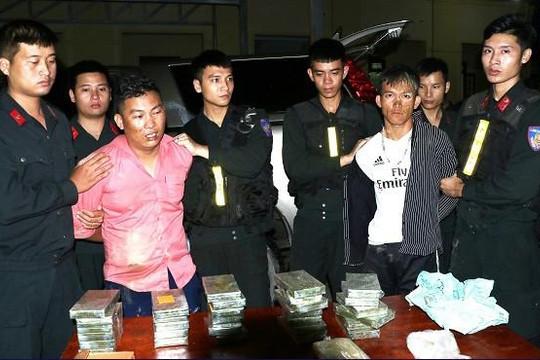 Bắt 2 thanh niên vận chuyển 30 bánh heroin và 6.000 viên ma túy