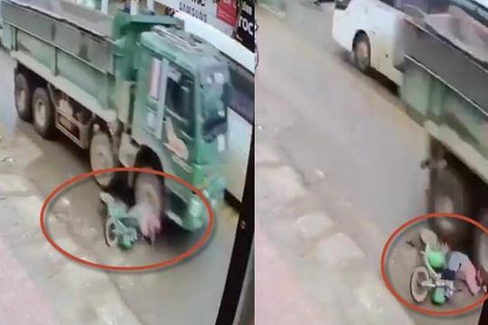 Clip xe ben vượt ẩu quệt ngã người phụ nữ, cán qua đầu nát mũ bảo hiểm